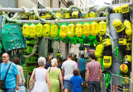 residuos toxicos: BARCELONA, ESPA�A - AGOSTO 16 de, 2015: Festival de Gracia de Barcelona, ??Catalu�a. calles decoradas de barrio de Gracia. El tema de los residuos t�xicos Editorial