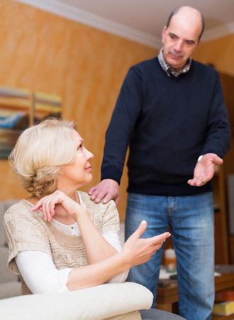 pardon: mari matures Guilty demandant femme pour le pardon � la maison