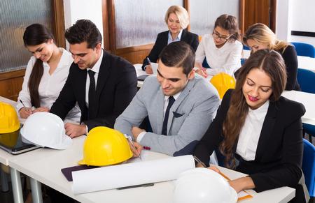 Profesionales arquitectos rusos que tienen cursos de capacitación en el aula