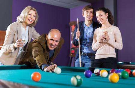 middle class: gente de clase media de edad avanzada que tienen piscina juego en el club de billar Foto de archivo
