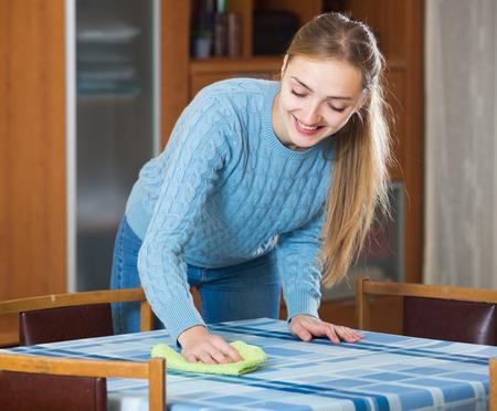 casalinga: Giovane tavolo spolvero casalinga come fare clean-up al chiuso