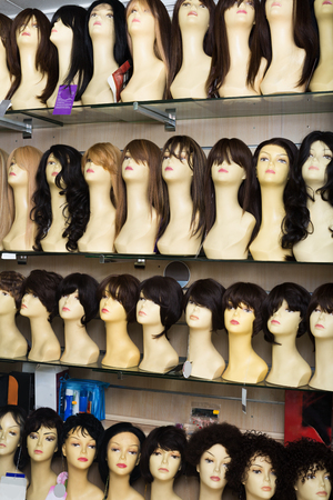 peruke: Dummies heads with modern hair style periwigs in shop