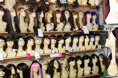 peruke: Dummies heads with modern hair style periwigs in the shop