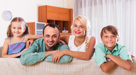 clase media: Retrato de la familia caucásica de clase media feliz en casa. Centrarse en el hombre