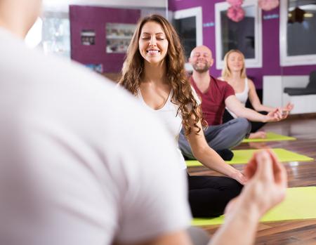 estudiantes adultos: adultos activos felices que clase de yoga en club de deporte