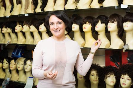 tinte de cabello: mujer adulta feliz caja de tinte para el cabello elegir en la tienda Foto de archivo