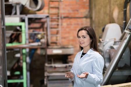 diligent: Amistoso Ingeniero mujer diligente con dispositivos de oliva lavado y trituración
