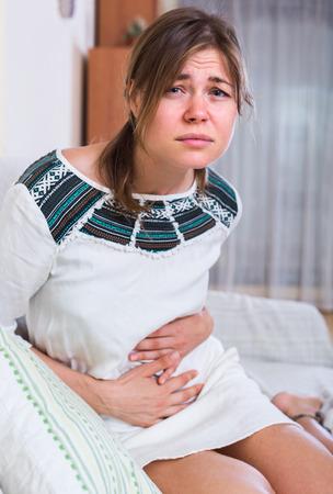 poronienie: Młoda kobieta z wczesnym terminem mającym poronienie ciąży