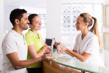 planificacion familiar: familiar positiva en la sala de espera de la clínica de planificación familiar