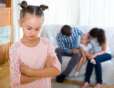 Kleine Amerikaanse meisje verdrietig omdat van jaloerse jongere zus aan de ouders. focus op meisje