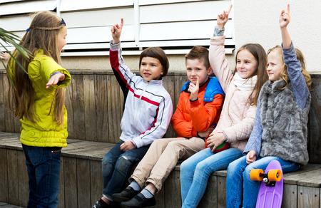 ni�os actuando: Felices los ni�os peque�os que act�an a cabo frase para amigos durante al aire libre farsa Foto de archivo