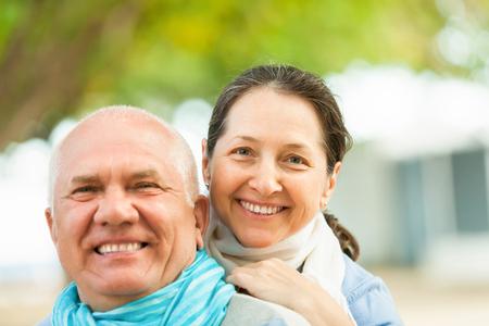 Retrato de pareja de ancianos sonriente en parque del otoño