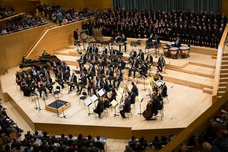 바르셀로나, 스페인 - 년 11 월 08, 2015 바르셀로나, 카탈로니아 드시 음악 홀 Auditori 반다 콘서트 카르미나 부라나에서 관객과 오케스트라.