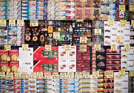 BARCELONA, ESPAÑA - 27 de octubre, 2015: Visión en la pantalla de cristal pequeña tienda de comestibles ordinaria con los alimentos envasados. Foto de archivo - 56925963