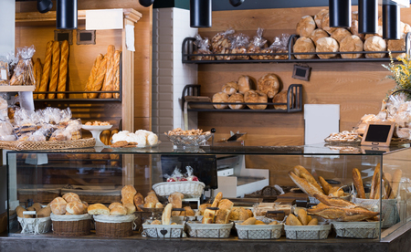 Bollos, baguettes y otros pan fresco en el mostrador de una panadería