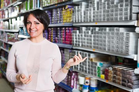 tinte de cabello: Morena adulta juego con el color del tinte del pelo en la tienda de belleza Foto de archivo