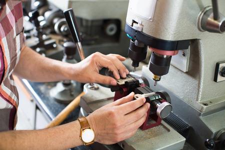 Profesionales eficientes clave claves toma de cortador de la puerta de copias en cerrajería Foto de archivo