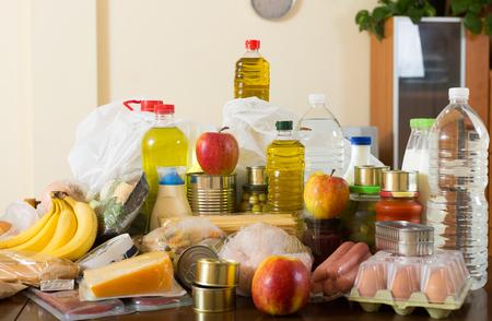 produits alimentaires: Disposition avec des légumes et de la viande pour la famille à table en intérieur