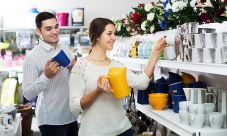 utensilios de cocina: El hombre y la mujer que compra en la tienda de vajillas de cer�mica utensilios de cocina Foto de archivo