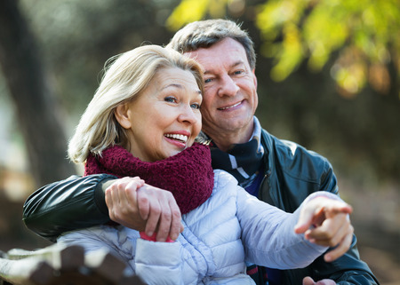 amigos abrazandose: Portrait of cheerful smiling positive elderly couple in sunny spring day