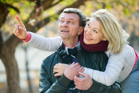 amigos abrazandose: jubilados felices que abrazan en el parque y disfrutando de tiempo juntos