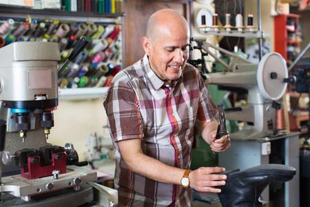 diligente: diligente calzado zapatero escora profesional en la máquina en el taller