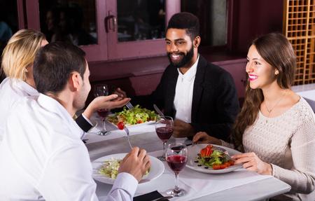 clase media: americano gente de clase media positivos que disfrutan de la comida en el caf� y hablar