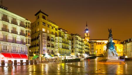 san miguel arcangel: La plaza Virgen Blanca (Andre Maria Zuriaren plaza) en la noche. Vitoria, España Foto de archivo