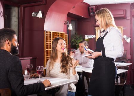 clase media: Feliz pareja de adultos que tiene fecha en el restaurante de clase media