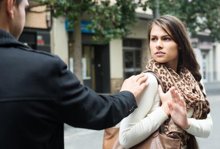 novios enojados: Pareja Familia que se discuten en la calle de la ciudad en el día de otoño