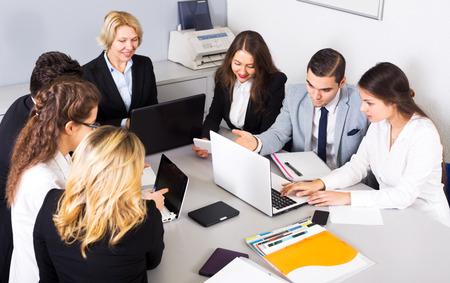 reuniones empresariales: Los miembros de las juntas de negocios multinacionales en el trabajo en la oficina. Centrarse en el hombre y la mujer adecuada
