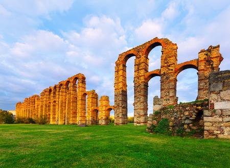 acueducto: Acueducto de los Milagros - antique  Roman aqueduct. Merida, Spain Stock Photo