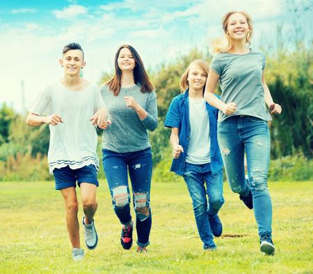 Gezelschap van jonge vrienden die in het park in de zomer