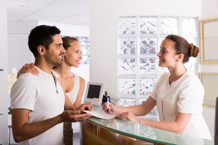 planificacion familiar: par de pacientes adultos que visitan la planificación clínica familiar Foto de archivo