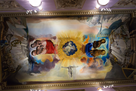 Figueres, Spagna - 3 gennaio, 2016: interno decorato con opere d'arte famose nel Teatro Dali e Museo (Teatro-Museo Dalí), Catalogna Editoriali