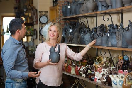 trabajo manual: Pares que compran el trabajo hecho a mano olla de arcilla o recipiente en el almacén