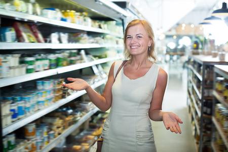 기쁜 쇼핑 슈퍼마켓에서 행복 한 여자의 초상화