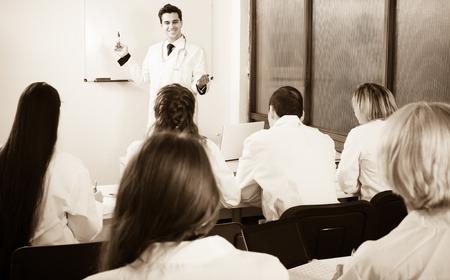 Grupo de profesionales en el uniforme blanco en cursos de capacitación