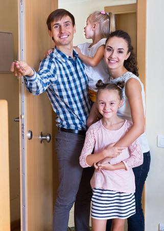 clase media: familia de clase media ordinaria en movimiento en el que la nueva casa