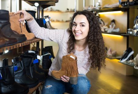 buying shoes: europeo hembra invierno zapatos femeninos de compra en la tienda de zapatos