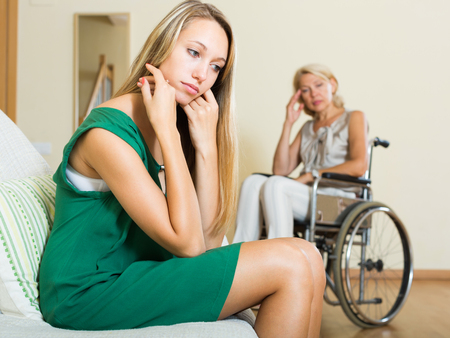 paraplegic: niña triste y mujeres discapacitados que tienen pelea doméstica