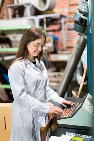 diligente: Positivo mujer ingeniero diligente con dispositivos de oliva lavado y trituración Foto de archivo