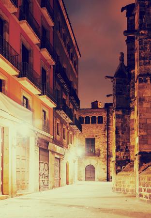 gotico: vista nocturna del barrio gótico cerca de la pared catedral. Barcelona, ??España