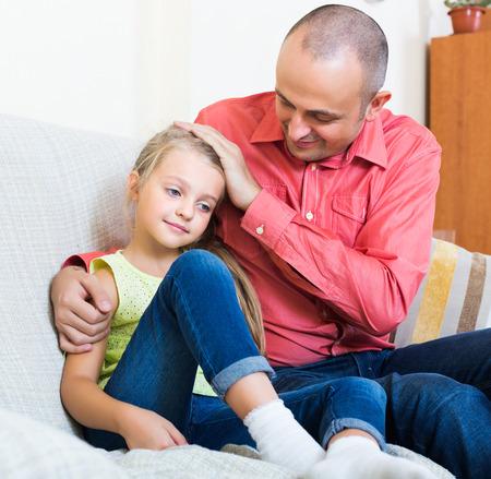 molesto: padre molesto que da instrucciones a ni�a frustrada Foto de archivo