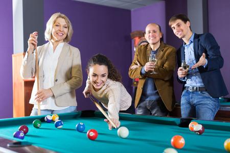 Positive jeunes jouant de billard et aux fléchettes comme traîner Banque d'images