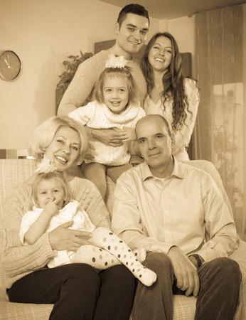 familia unida: miembros de la familia unidos felices riendo juntos en la sala de estar Foto de archivo