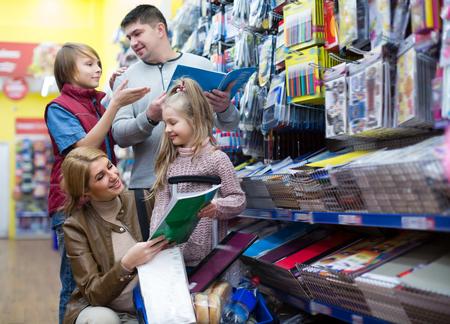 clase media: Los padres y niños Selección de los materiales de escritura en el centro comercial