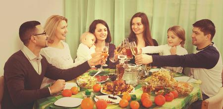 Portrait de la famille célébrant grand événement familial à table