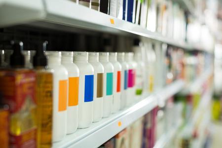 Estantes con diferentes productos para el cuidado del cabello en un salón de belleza