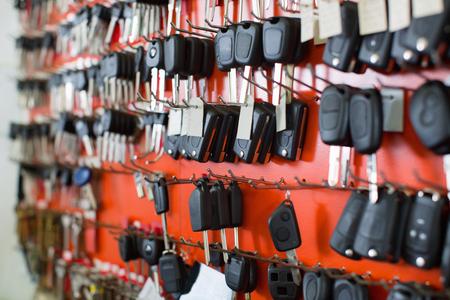 Gran surtido de duplicados de llaves del coche en exhibición en cerrajería